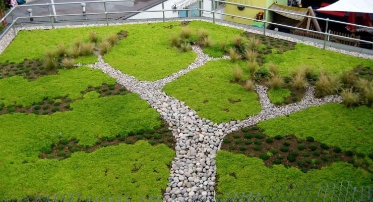 Casas e condomínios trocam telhas por gramados e plantas